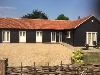 Single Storey Barn In North Norfolk. Sleeps 8. Child & Pet Friendly.
