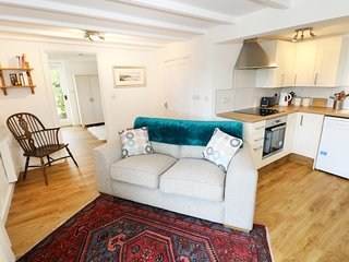 THE GRANARY COTTAGE, perfect for couples, Llandysul
