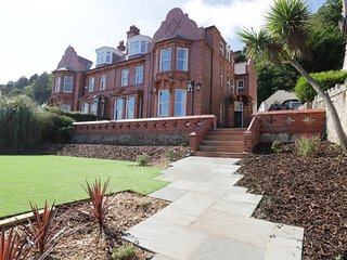 52 CHURCH WALKS, hot tub, en-suites, views of Llandudno and the sea, Ref 951803
