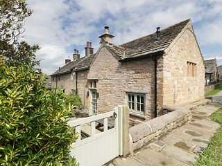DISLEY HALL, woodburner, WiFi, en-suite, character cottage in Disley, Ref. 90519