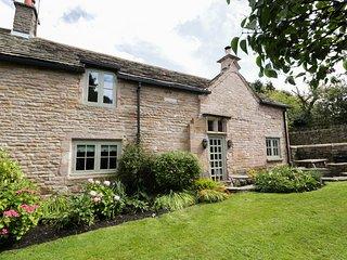 DISLEY HALL, woodburner, WiFi, en-suite, character cottage in Disley, Ref. 90519