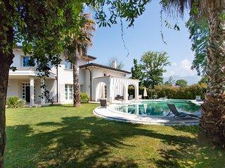 Villa Michelangelo with pool in Forte dei Marmi