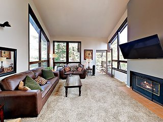 Spacious 4BR Townhouse Near Gondola w/ Pool, Hot Tub & Tennis
