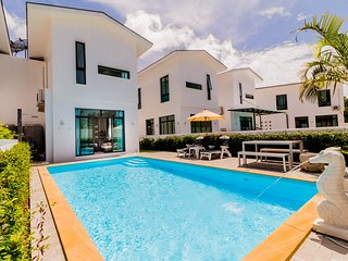 Luxury Pool Villa Near Phuket Zoo