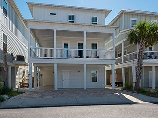 'The Big Easy'  Pool, Hot tub , bikes, paddle board, golf cart available fee
