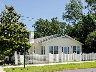 Cozy 3 bedroom pet friendly house in the heart of Carolina Beach