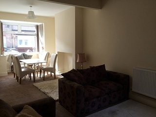 Cosy home with fast wifi/TV right by beach/ bars