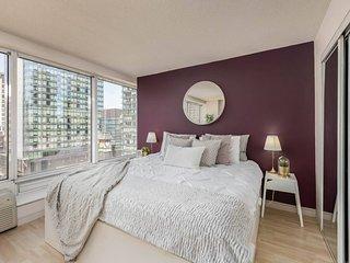 Bright & Classy Corner Suite (Yonge & Bloor)