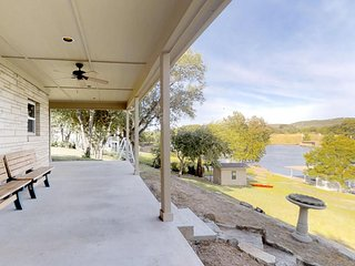 NEW LISTING! Renovated, Free Wifi, Kayaks, Firepit, Dock, Jet Ski Ramp!