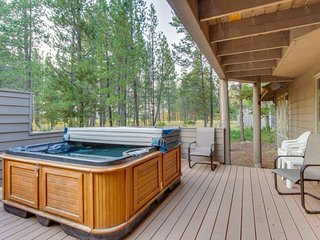 Comfortable house w/ stone fireplace, private hot tub, and SHARC access