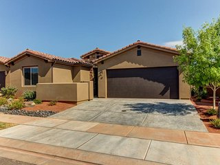 Gorgeous home with private hot tub, shared pool & fitness center
