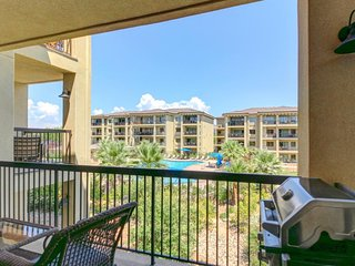 Beautiful contemporary condo with shared pool, hot tub, and tennis!