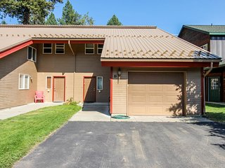Bright, spacious condo near the lake w/ furnished deck & golf course view