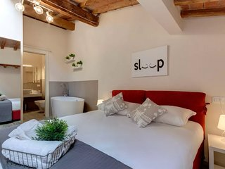Timo apartment in Santa Croce with WiFi, air conditioning & balcony.