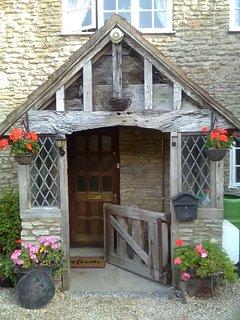 Benvenuto attraverso il vecchio portico di quercia