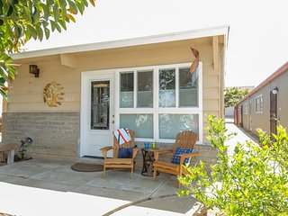 2 bed beach cottage with all the modern amenities - walk to shop & restaurants!