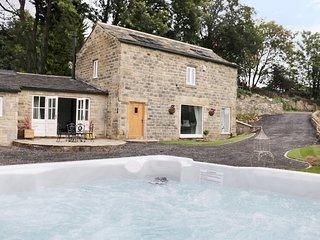 CUNLIFFE BARN, hot tub, woodburner, Esholt