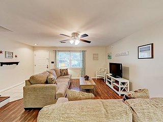Charming 2BR/2.5BA Newly Updated Condo w/ Pool – 2 Blocks to Beach