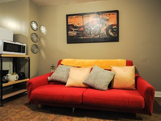 Large Apt Free Wifi, Mins from Center City, Great for Groups & Families