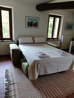Pull out bed in living room with full mattress thickness