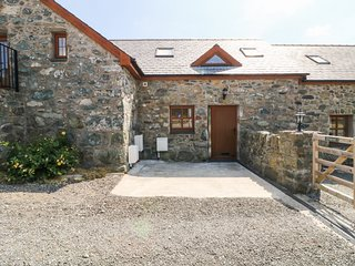 YSGUBOR MYFI, open-plan barn conversion with views, Bodedern