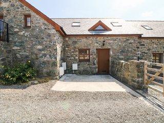 YSGUBOR MYFI, open-plan barn conversion with views, Bodedern