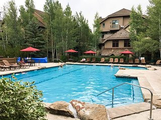 Sprawling 5BR/4.5BA at Arrowhead Village on Eagle River w/ Upscale Amenities