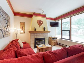 NEW LISTING! Cozy condo w/ shared pool, hot tub, & sauna - steps from the slopes