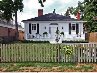 Carefully restored 1820 home in the middle of Niagara on the Lake's Main Street