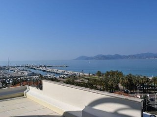 Spacious apartment close to the center of Cannes with Lift, Parking, Internet, W