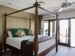 Large King Room Bali Style near Surfers +Pool