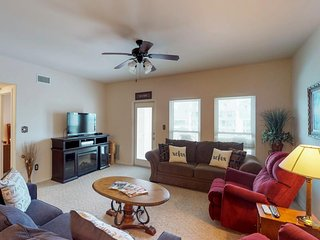 NEW LISTING! Beautiful condo near the beach with shared pool and Free WiFi!