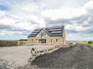 MILL VIEW, open-plan living, swimming pool on-site, Northumberland Coast AONB, R