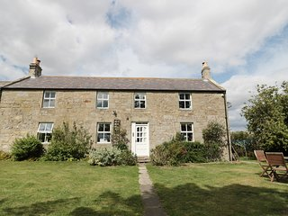 NORTH FIELD FARMHOUSE, pet-friendly, character holiday cottage, with a garden in