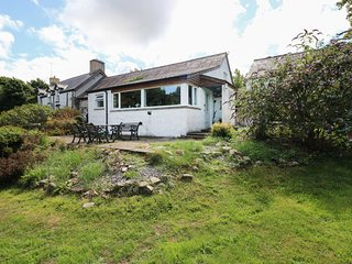 MORFA ISAF FARM, romantic retreat, WiFi, close to coast and footpaths in Llangra
