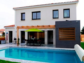 Luxury 4 bed 4 bath villa with private pool & hot tub on a residence with tennis