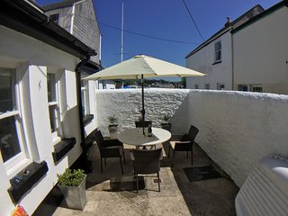TRINITY COTTAGE APPLEDORE - Holiday cottage in prime location- 2 bed/courtyard