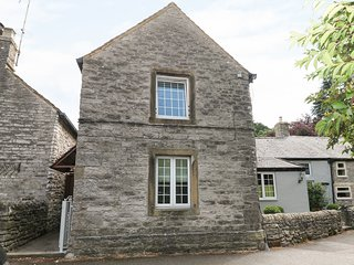 MILL LEAT, enclosed courtyard, charming setting, in Castleton