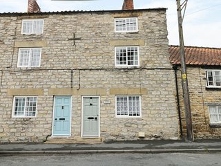 CROOKED COTTAGE, pet-friendly cottage with open fire. Kirkbymoorside, 985142