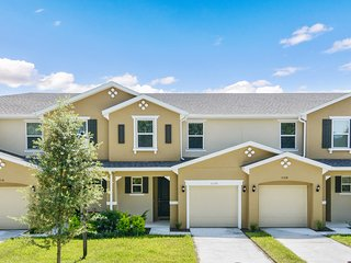 Stunning Four Bedroom Home Close to Disney 5156C