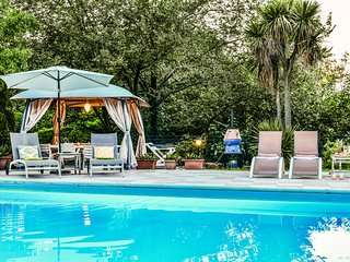 2 km from Centre of Verona, elegant villa, private parking, big swimming pool