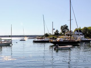 Autumn Rates! Cozy Harbor Retreat . Stunning Water Views, Private Dock, Sleeps 4