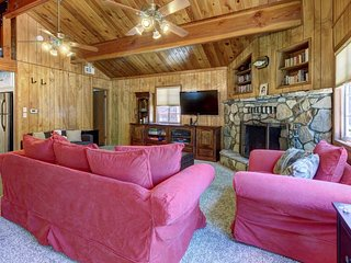 Cozy mountain getaway with easy access to ski resorts & lakeside activities