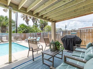 Treasure Island- Entire Home, Private Backyard with Pool & BBQ, Half a Block