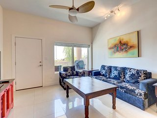 La Isla 205F - Modern Spacious Condo, 2 Large Pools, Exercise Room, Short Walk