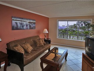 Beautifully decorated condo. Clubhouse, pool, tennis courts, 2 jacuzzis, bbq