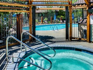 NEW LISTING! Bright condo w/shared outdoor pool, hot tub, tennis, sauna
