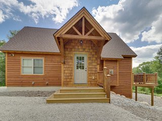 New White Mountain lodge w/deck, game room & stunning views