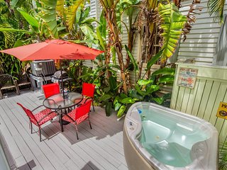 Charming cottage w/a private parking spot and private hot tub