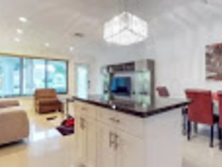 Tranquility in this beautiful heated Salt Pool/Hot tub home in Fort Lauderdale